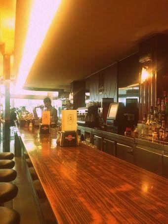Barra donde se puede disfrutar de la comida, los cócteles, cafés...Madrid