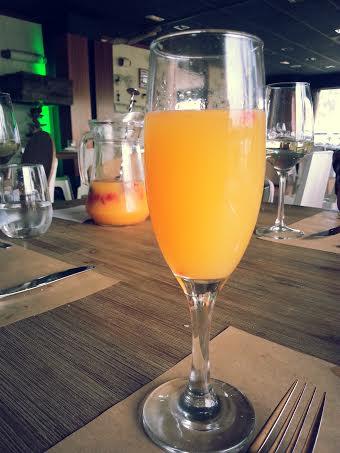 Sangría con zumo de naranja, cava y frutas frescas (fresas, arándanos y frambuesas)