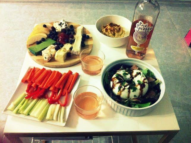 Ensalada, tabla de quesos y hummus