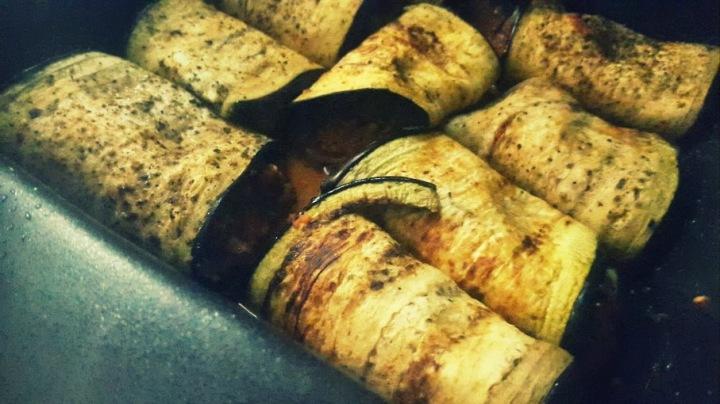 Rollitos de berenjena rellenos de tapenade de pimientosrojos