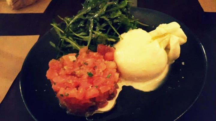 Burrata, tartar de tomate y rúcula