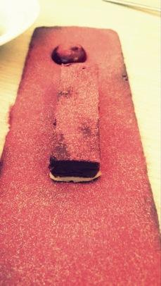 Tarta de chocolate con polvo de frambuesa