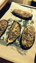 Rellenar las berenjenas con la mezcla de carne, champiñones y cebolla