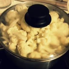 Cocer la coliflor, las papatas y la cebolla