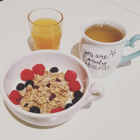 Desayuno con granola y yogui yogur