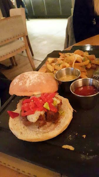 Best in town: Hamburguesa de carne de ternera, salsa de boletus, queso idiazábal, pimientos del piquillo & piparras