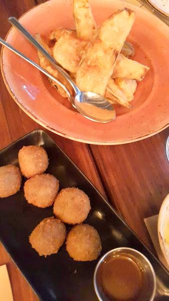 Berenjenas con miel de caña y hummus
