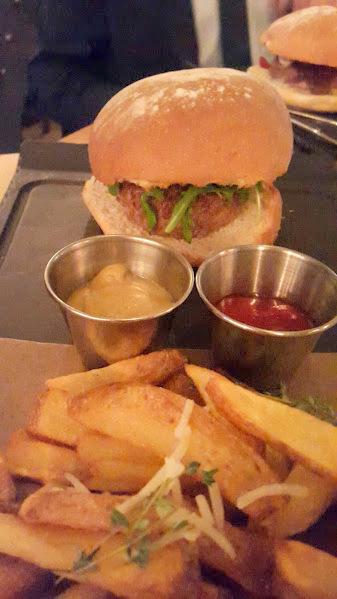 Burger rellena de queso brie, lascas de foie, cebolla caramelizada & rúcula