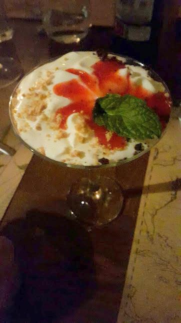 Mousse de yogur, crumble & yema de fresa