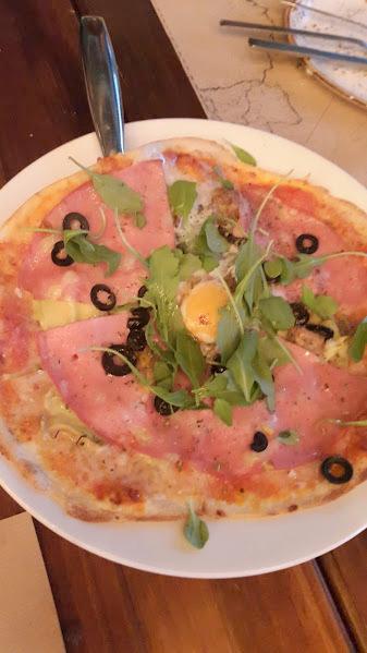 Pizza de mortadela trufada, alcachofa, aceituna negra & huevo de corral