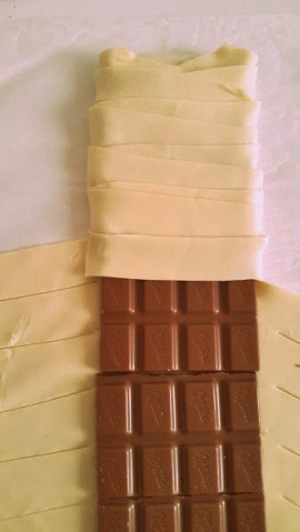 Envolver el chocolate con las tiras de hojaldre