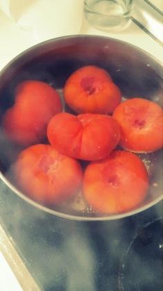 Meter los tomates en agua hirviendo