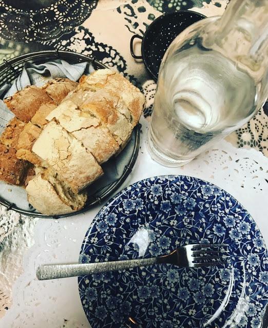 Mientras elegíamos y esperábamos a la comida nos comimos una cesta y media de este delicioso pan... así empezamos