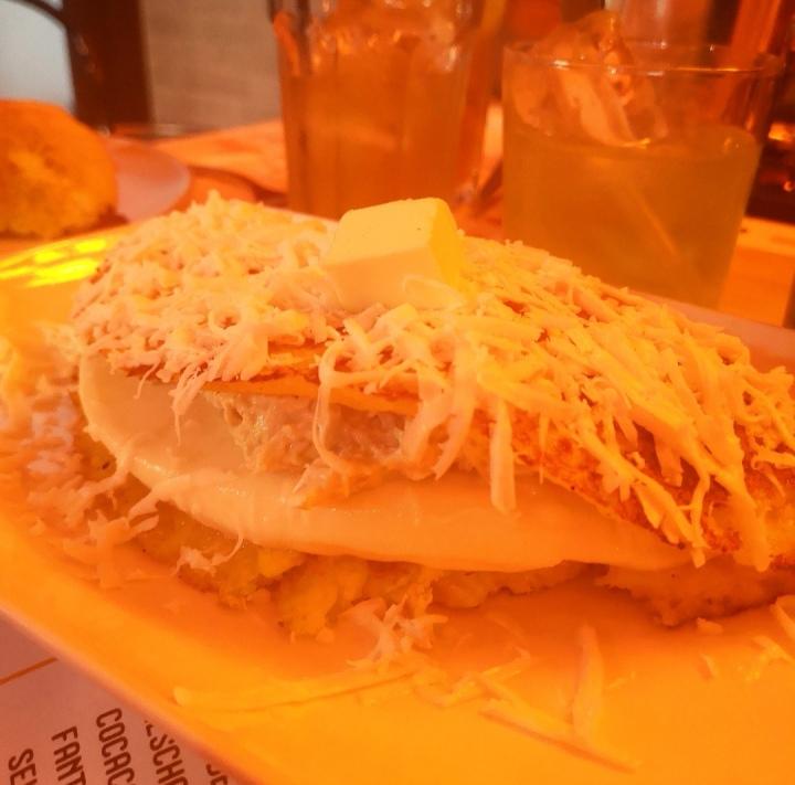 cachapa de carne mechada, plátano frito y queso