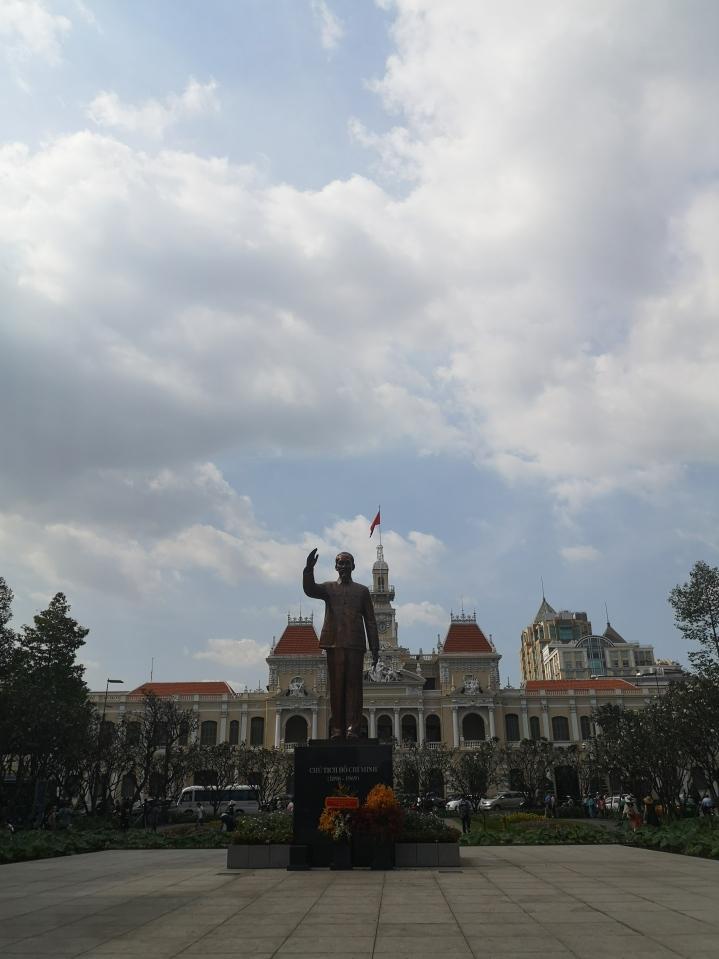 Ayuntamiento y estatua de Ho CHi Minh