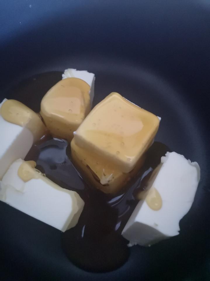 Fundir la mantequilla con la miel - madeleines